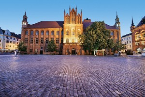 medieval-town-hall-and-square-in-the-old-town-of-torun-poland-city