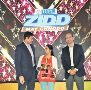 Nirmal Jain & R Venkataraman giving award to an employee at IIFL event