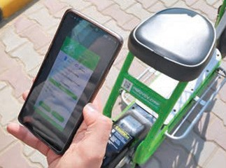 A customer scanning the QR code via the Mobycy app to unlock a 'Zypp'